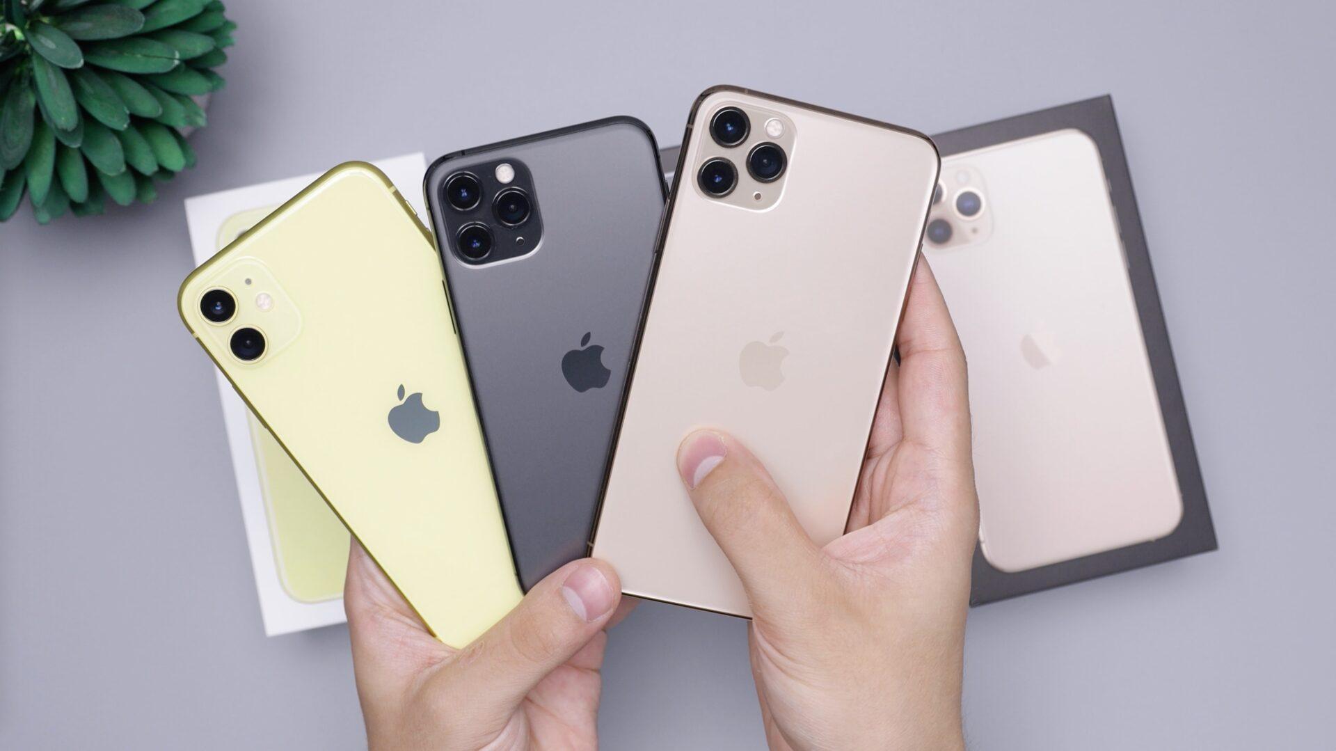 いろんな機種のiPhoneを持っている様子